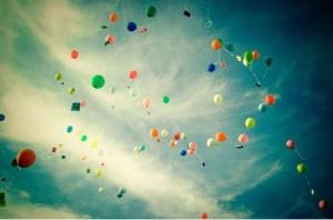 imagen-bonita-globos-cartas-volando-cielo-indie